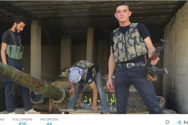 Muawia mit Gewehr auf panzer