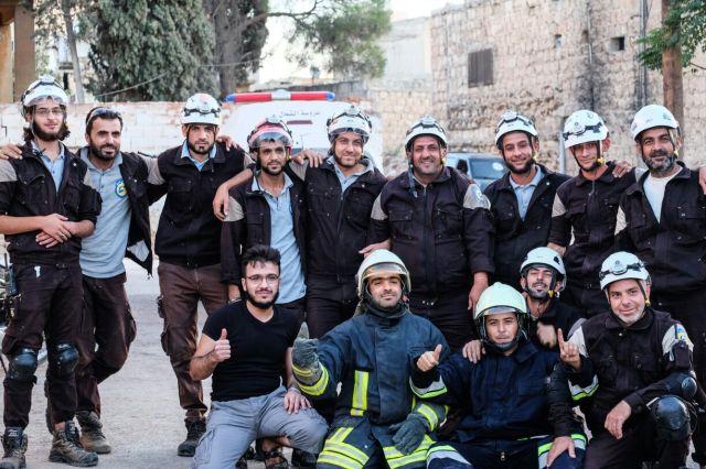 saraqeb-weisshelm-gruppenfoto-mit-jund-al-aqsa-und-folterer